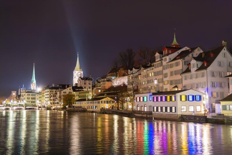 Ideia da noite do centro de Zurique com a igreja famosa do fraumunster fotografia de stock