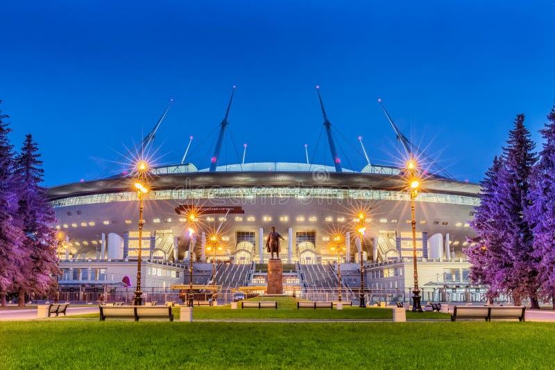Ideia da noite do ` novo da arena de St Petersburg do ` do futebol na ilha de Krestovsky em St Petersburg para o campeonato do mu fotos de stock royalty free