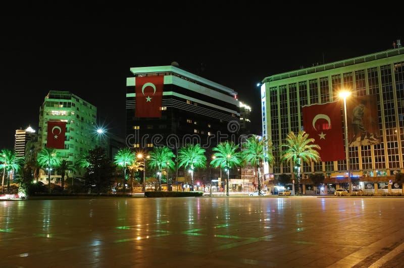 Ideia da noite do quadrado com construções e as palmas modernas em Izmi foto de stock