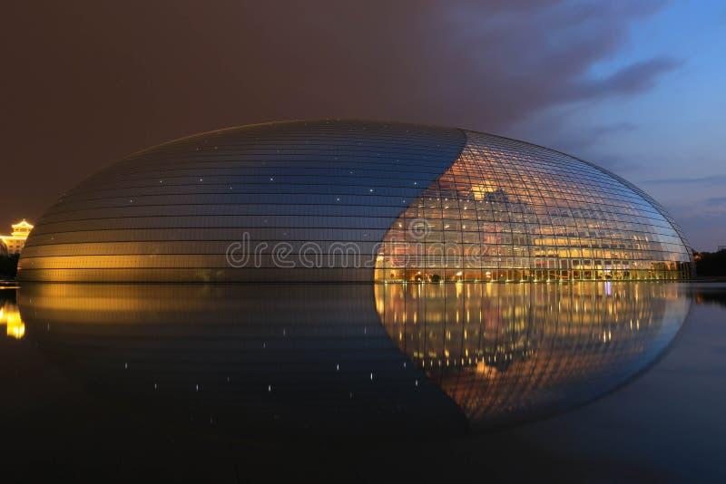 Ideia da noite do teatro center nacional do Pequim foto de stock royalty free