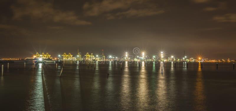 Ideia da noite do terminal de recipiente da carga do porto em Butterworth, Malásia foto de stock