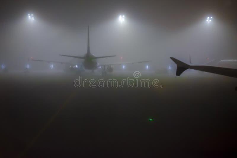 Ideia da noite da maneira do táxi no aeroporto de Munich, Alemanha fotos de stock royalty free