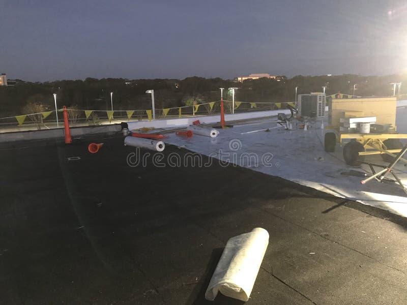 Ideia da noite da remoção da conversão comercial alterada do telhado liso da folha do tampão a TPO com bandeiras da segurança foto de stock
