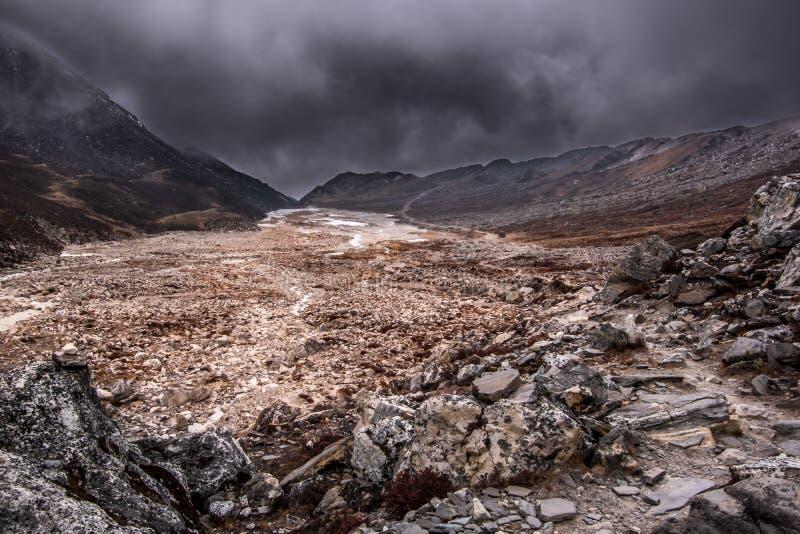 Ideia da paisagem da área de montanha alta antes da tempestade imagens de stock royalty free