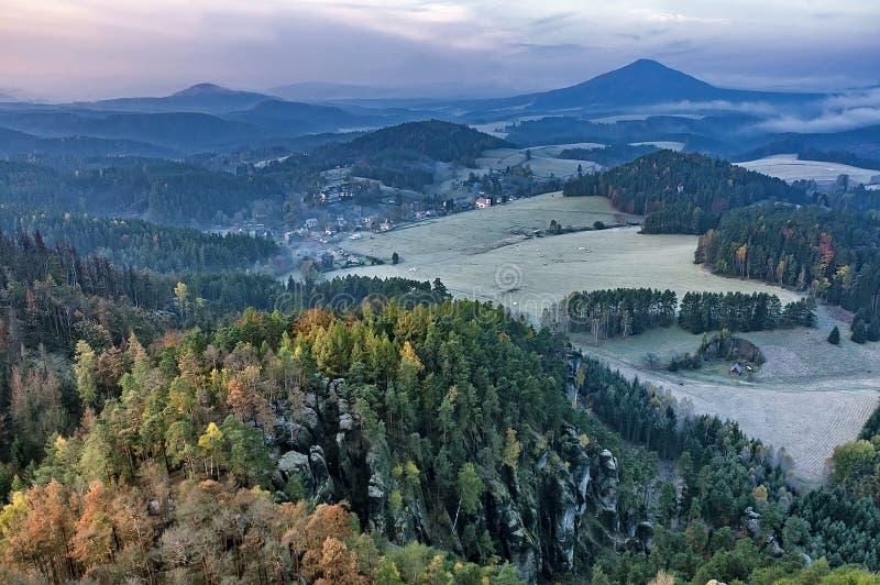 Ideia da paisagem do outono com prados e floresta imagem de stock