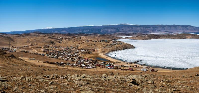 Ideia da paisagem da mola em Sibéria com parte do Lago Baikal congelado na distância da vista superior fotografia de stock
