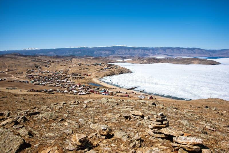 Ideia da paisagem da mola em Sibéria com parte do Lago Baikal congelado na distância da vista superior fotografia de stock royalty free