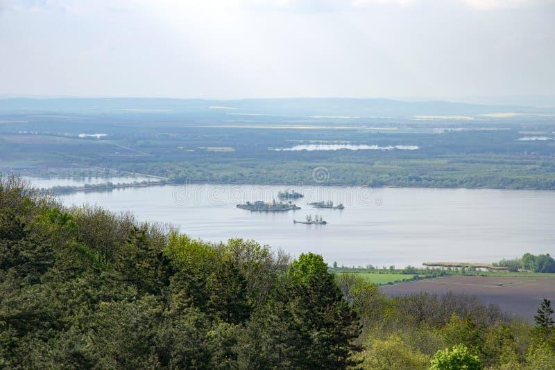 Ideia da paisagem montanhosa de Palava com florestas, rochas e lago Nove Mlyny em Moravia sul sob o céu com nuvens foto de stock