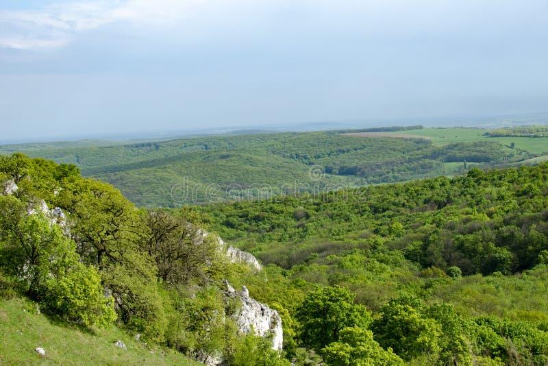 Ideia da paisagem montanhosa de Palava com florestas, rochas em Moravia sul sob um céu azul imagens de stock royalty free