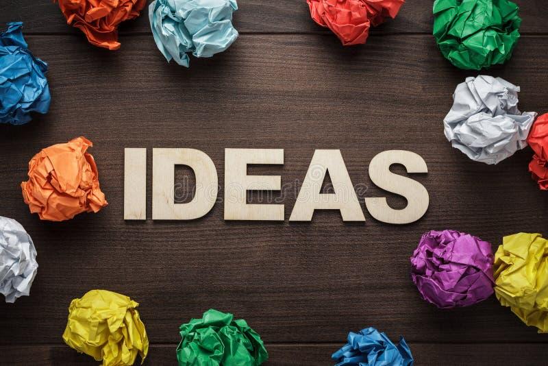 Ideia da palavra e papel colorido amarrotado imagens de stock royalty free