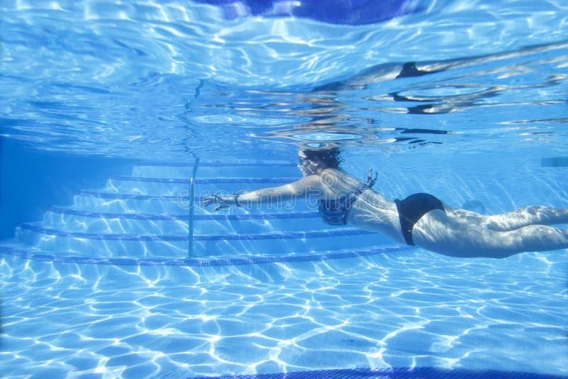 Ideia da parte subaquática da associação e do nadador fotografia de stock
