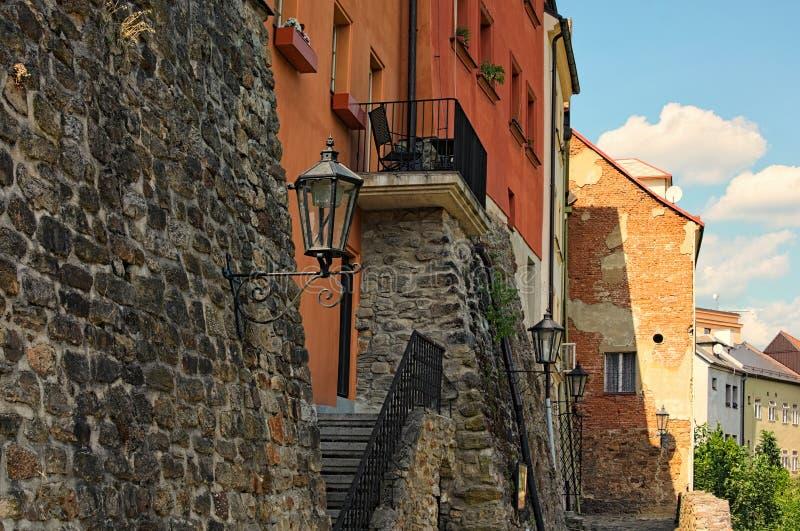 Ideia da parte traseira das casas residenciais em Loket Suas fortificações de pedra medievais do uso das paredes foto de stock royalty free