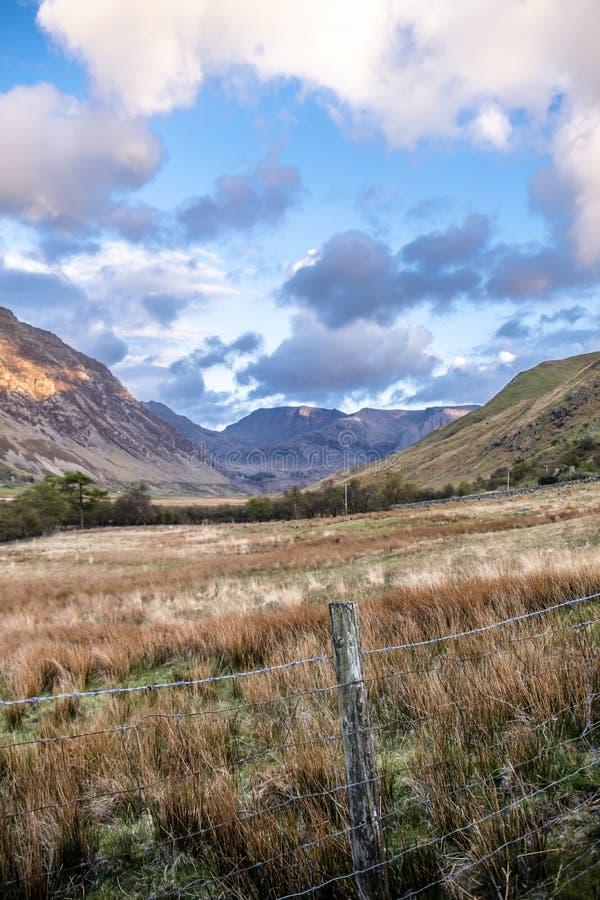 Ideia da passagem de Nant Ffrancon no parque nacional de Snowdonia, com montagem Tryfan no fundo Gwynedd, Gales, Reino Unido imagens de stock royalty free