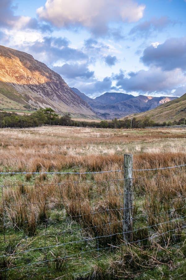 Ideia da passagem de Nant Ffrancon no parque nacional de Snowdonia, com montagem Tryfan no fundo Gwynedd, Gales, Reino Unido imagem de stock