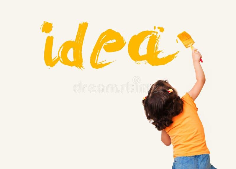 Ideia da pintura da menina com a escova no fundo da parede imagens de stock royalty free