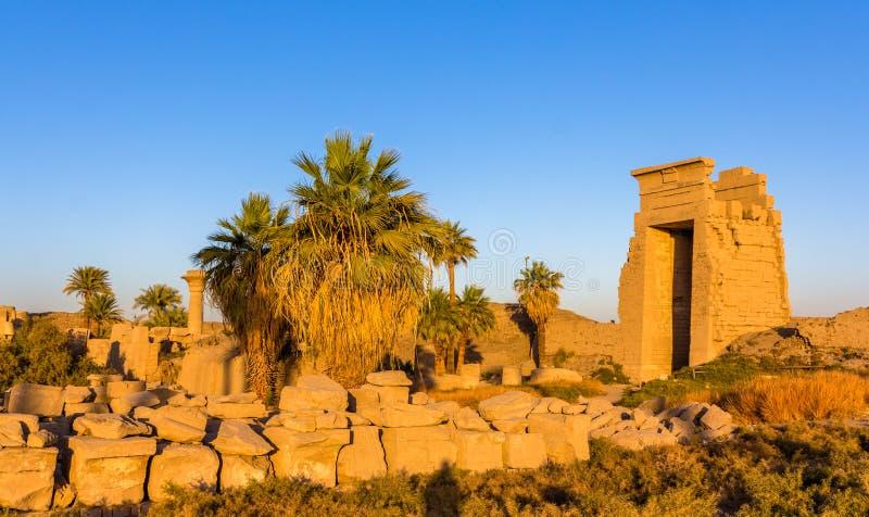 Ideia da porta oriental no templo de Karnak imagens de stock