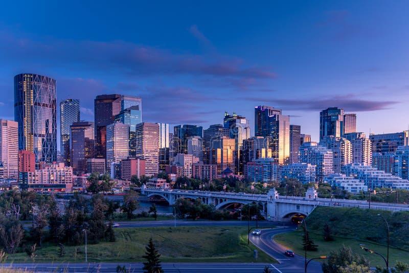Ideia da skyline de Calgary na noite ao longo da curva imagens de stock royalty free