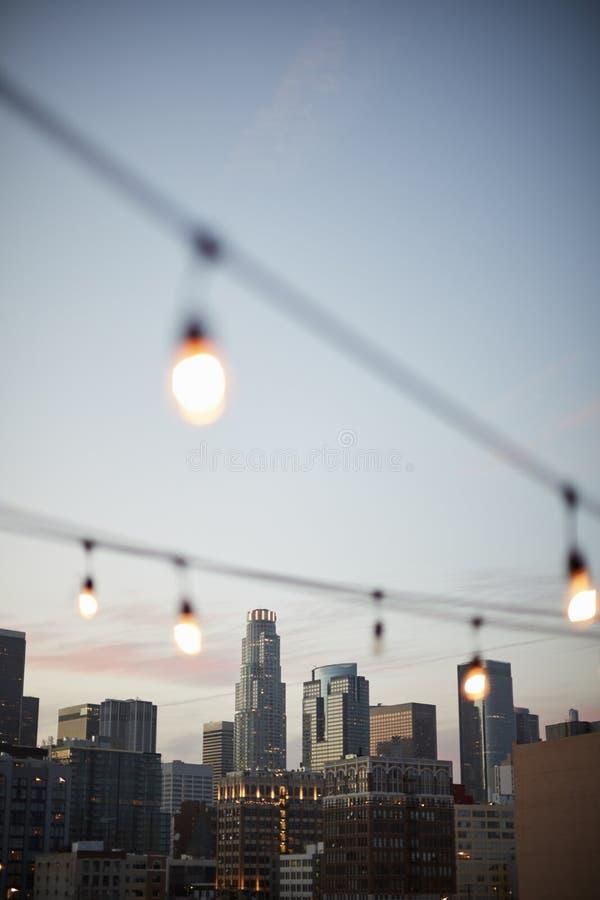 Ideia da skyline de Los Angeles no por do sol com corda das luzes no primeiro plano fotos de stock