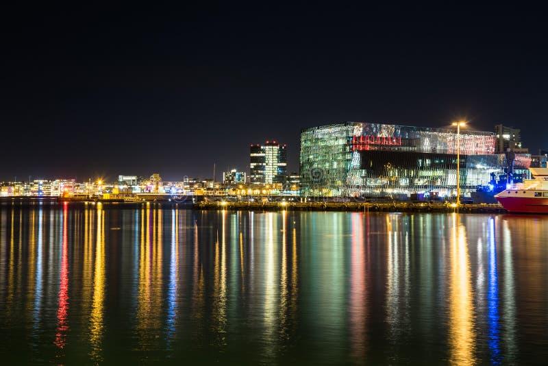 Ideia da skyline de Reykjavik na noite imagem de stock