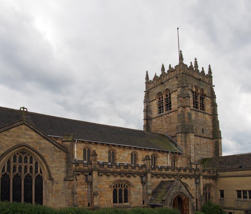 Ideia da torre e da entrada principal da igreja da catedral de St Peter no oeste de bradford - yorkshire fotografia de stock