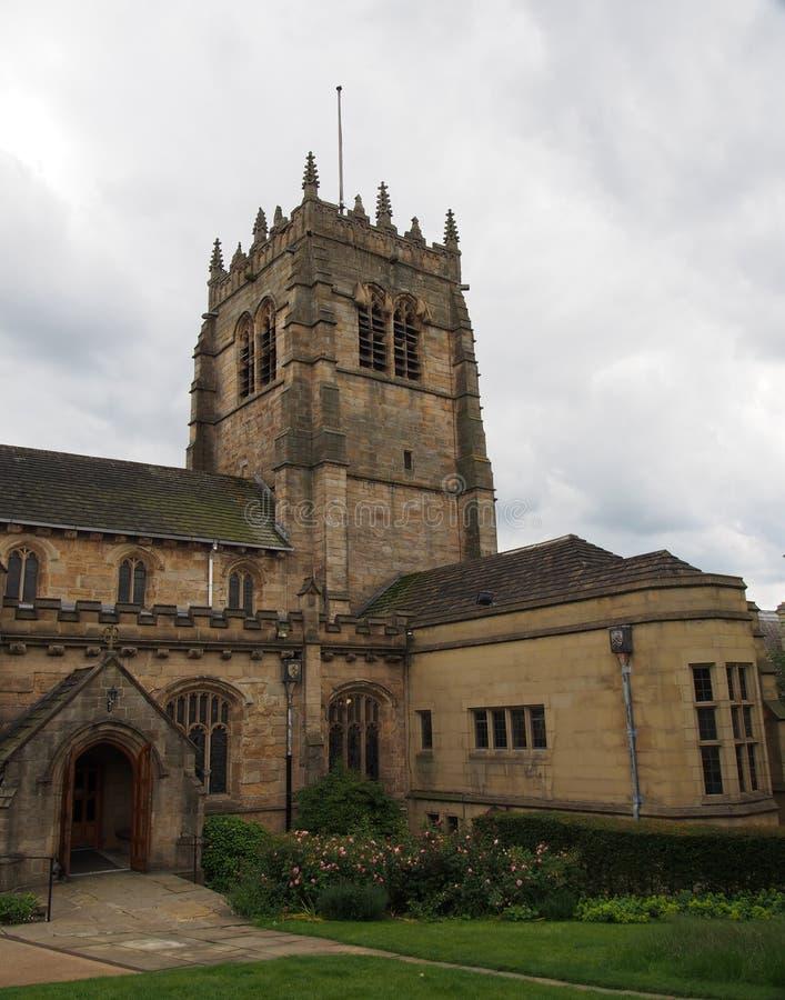 Ideia da torre e da entrada principal da igreja da catedral de St Peter no oeste de bradford - yorkshire fotografia de stock royalty free