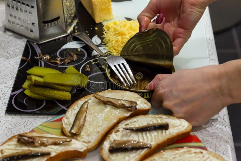 Ideia das mãos da menina que faz o café da manhã abrindo a A.A. imagens de stock