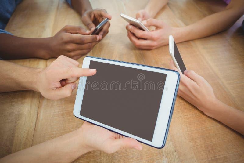 Ideia de ângulo alto da mão colhida que aponta na tabuleta digital imagens de stock royalty free