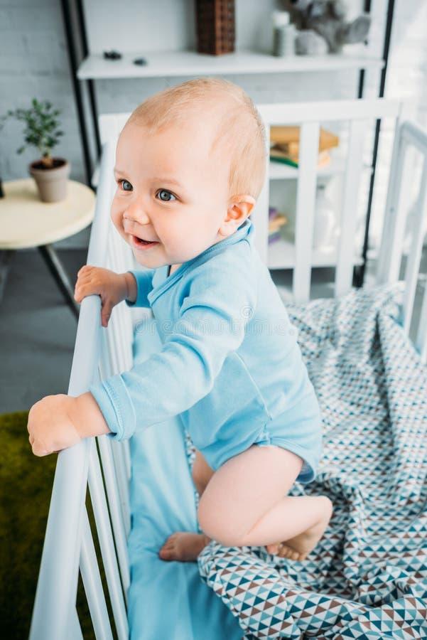 ideia de ângulo alto da posição pequena feliz do bebê fotografia de stock royalty free