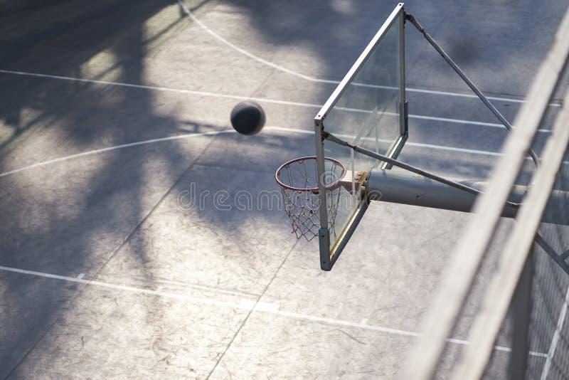 Ideia de ângulo alto do basquetebol de tiro na corte exterior ninguém fotos de stock royalty free