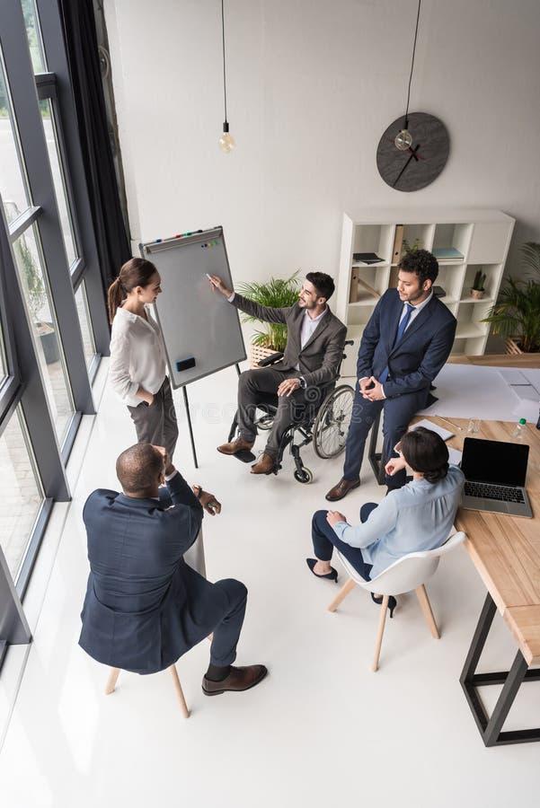 ideia de ângulo alto do grupo multicultural de empresários que discutem imagem de stock royalty free