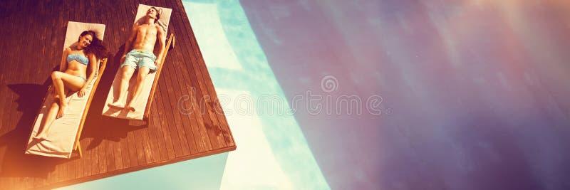 Ideia de ângulo alto dos pares que descansam na cadeira de sala de estar imagens de stock royalty free