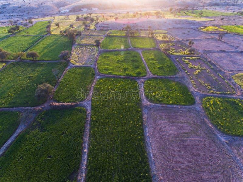 Ideia de Ariel de terras de exploração agrícola e da área rochosa imagem de stock