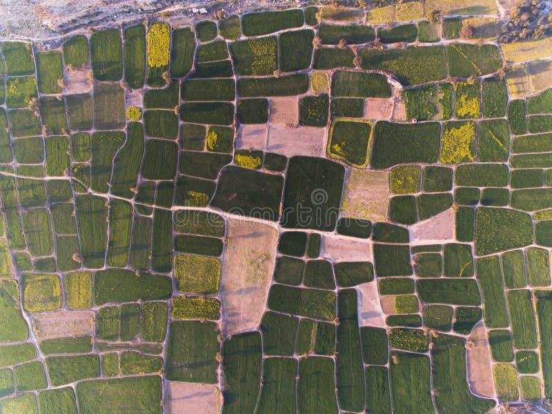 Ideia de Ariel de terras de exploração agrícola e da área rochosa foto de stock