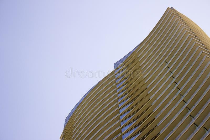Ideia de baixo ângulo da peça superior de uma construção incorporada moderna com saliências amareladas em cada assoalho foto de stock