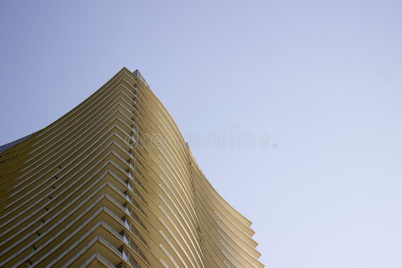Ideia de baixo ângulo lateral da peça superior de uma construção incorporada moderna com saliências amareladas em cada assoalho fotos de stock royalty free