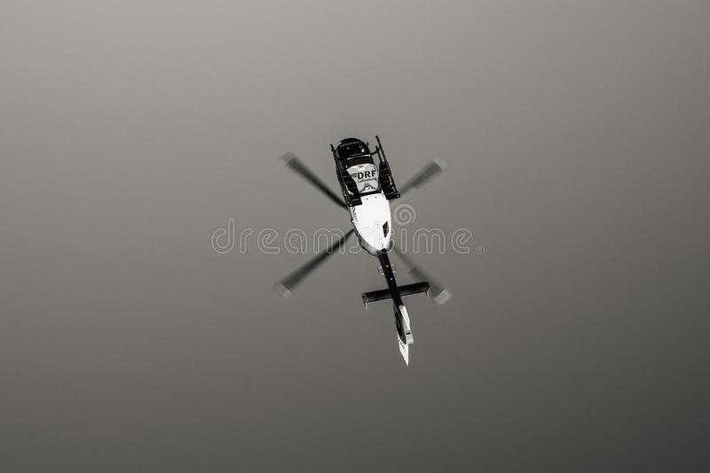 Ideia de baixo do voo do helicóptero DRF Luftrettung do salvamento em c fotos de stock