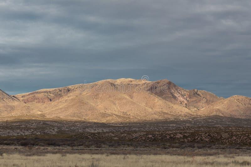 Ideia de Bosque del Apache da cordilheira de New mexico antes de escurecer céus fotografia de stock