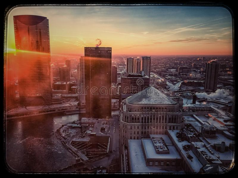 Ideia de cima do por do sol sobre Chicago River congelado imagens de stock
