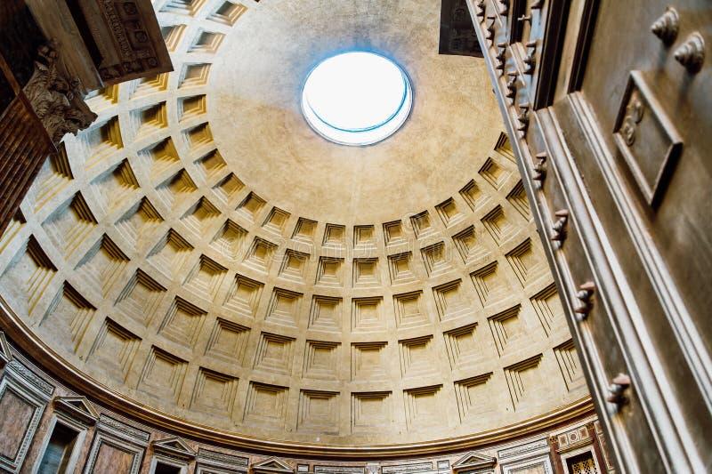 Ideia de entrar do panteão com o sol durante todo o teto em Roma Italia imagem de stock royalty free