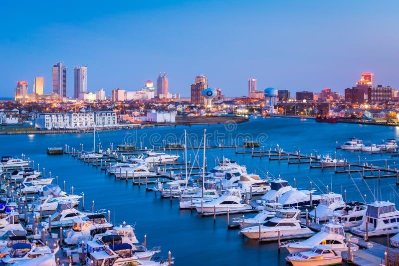 Ideia de Farley State Marina e da skyline na noite, em Atlantic City, New-jersey imagens de stock royalty free