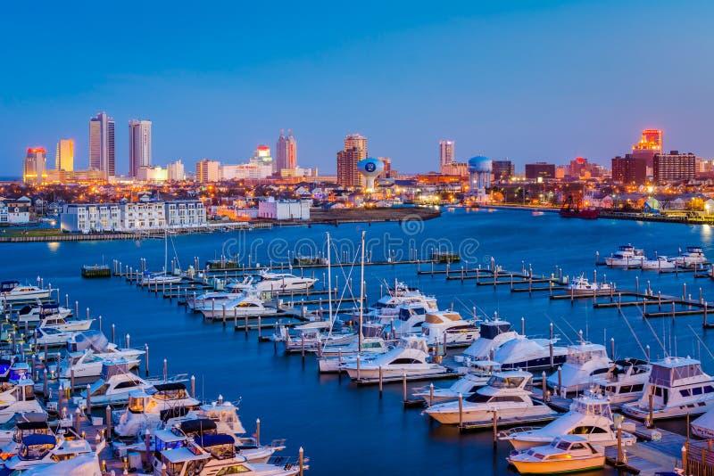 Ideia de Farley State Marina e da skyline na noite, em Atlantic City, New-jersey fotografia de stock