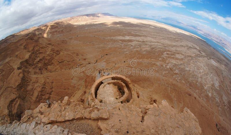 Ideia de Fisheye da paisagem do deserto perto do mar inoperante foto de stock