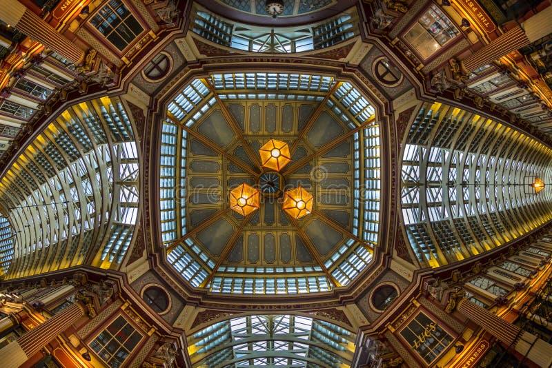 Ideia de Fisheye do interior do mercado de Leadenhall, a cidade, Londres, Inglaterra, Reino Unido, Europa fotografia de stock