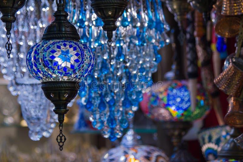 Ideia de lâmpadas turcas de suspensão decorativas brilhantes tradicionais e de luzes coloridas com cores vívidas no bazar grande  imagens de stock