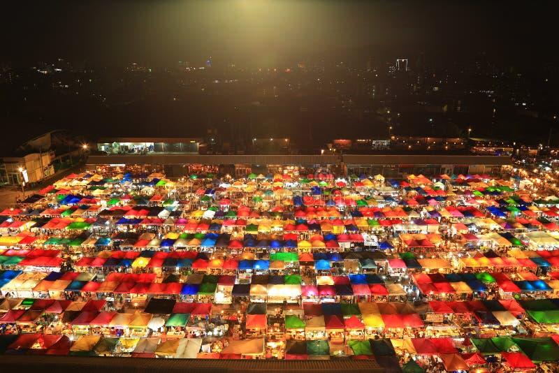 Ideia de olhos de pássaro do mercado Railway da noite em Banguecoque, Tailândia - assim imagens de stock royalty free