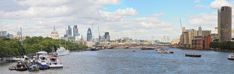 Ideia de Panoramac da skyline de Tamisa do rio, Londres foto de stock