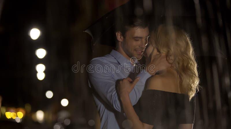 Ideia de pares loving com os pingos de chuva, o abra?o e o amor de espirro, data foto de stock royalty free