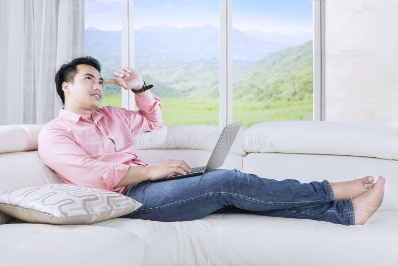Ideia de pensamento do homem pensativo no sofá imagens de stock royalty free