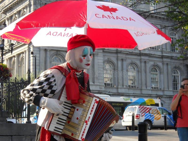 Ideia de perspectiva de Montreal Quebeque Canada Um executor da rua vestido como mimicar joga um instrumento no meio de Monteal v fotografia de stock
