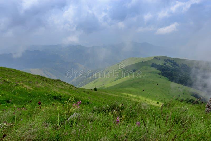 Ideia de surpresa da escala de montanhas e do céu azul imagens de stock royalty free